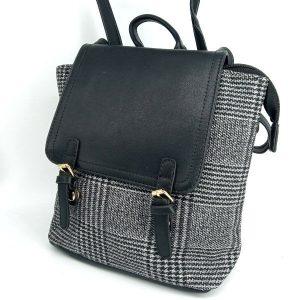 mochila-negra-retro-estampado-tartan