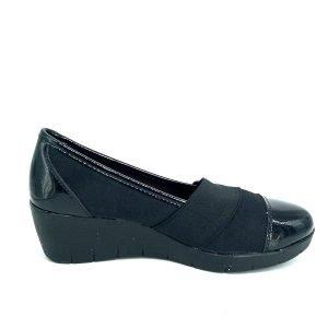 zapatos-negros-de-cuña-con-charol